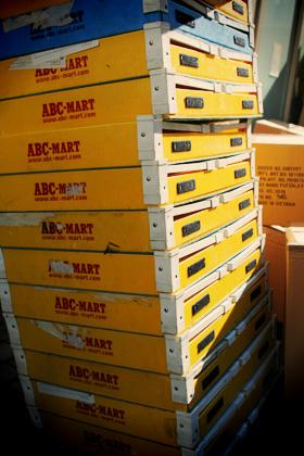 ABC-MARTの黄色い箱
