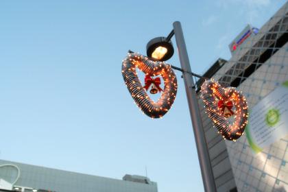 クリスマス、渋谷駅前、日暮れ前。
