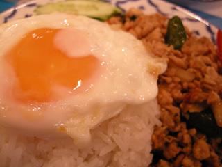 3.鶏ひき肉バジル炒めのせご飯