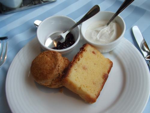 スコーンとバターケーキ