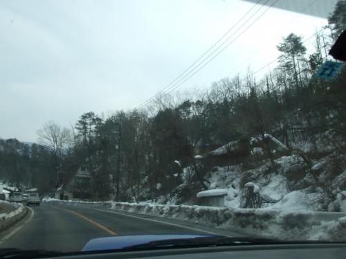 雪の残る 豊平の町