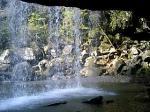 滝の裏側から