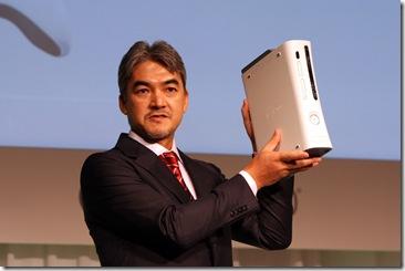 Xbox360 60GBモデルを紹介する泉水氏