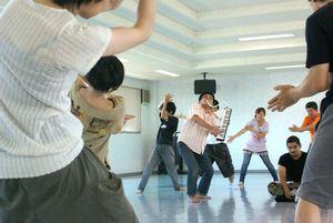 音楽に合わせて踊る