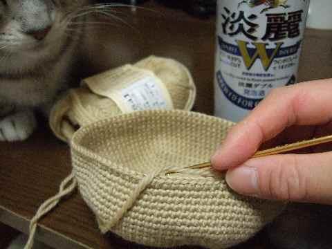 編み物中4