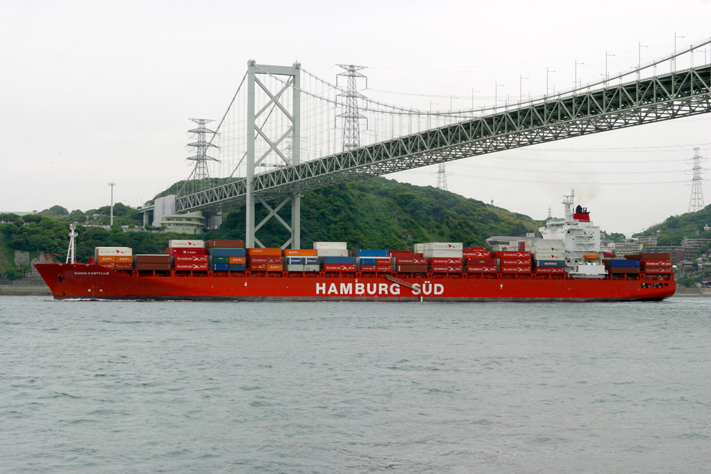 関門海峡を行く貨物船