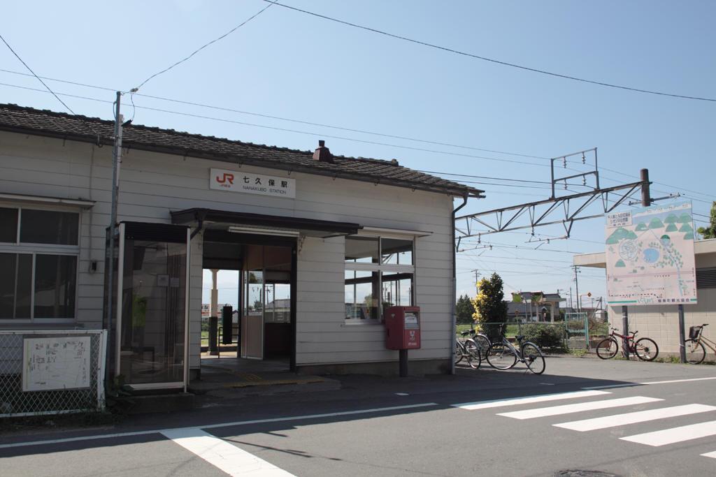 七久保駅駅舎前