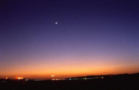 夕闇迫る空へ