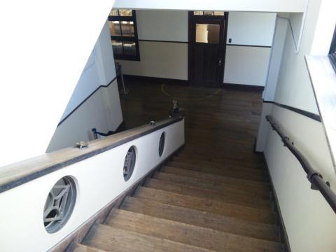 階段から下を眺める!