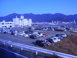 駐車場に集められた破壊された車たち