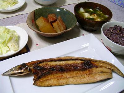 080828焼き秋刀魚、豚肉と大根の煮物、キャベツの浅漬け、豆腐とワカメの味噌汁、雑穀ご飯