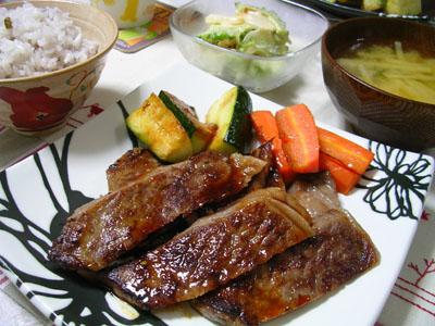 080830牛肉ステーキ、ゴーヤーと玉ねぎのチリマヨサラダ、じゃがいもとネギの味噌汁、雑穀ご飯 002