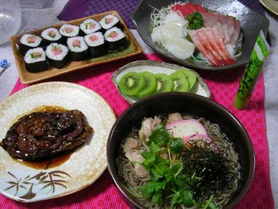 081231年越しそば、お刺身、ネギトロ巻き、鯉煮付け、キウイ 002