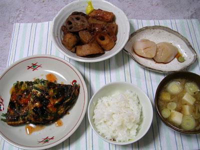 090223イカ大根、ニラ入り卵焼き、ホタテの刺身、ご飯、なめこと豆腐の味噌汁 002