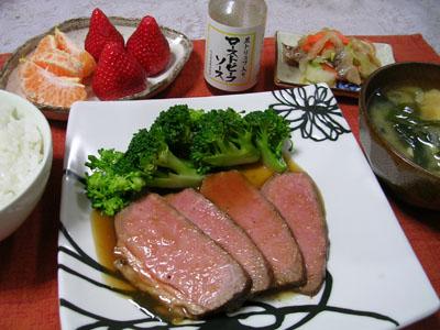 090306ローストビーフ、茹でブロッコリー、スルメと白菜の漬物、豆腐とワカメの味噌汁、ご飯、イチゴとポンカン 002