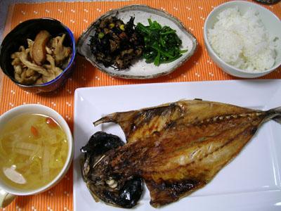 090330アジの開き、ひじき、切干大根の煮物、ほうれん草のナムル、ご飯、白菜と桜エビのスープ