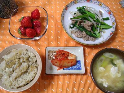 090406舞茸ご飯、豆腐とネギの味噌汁、野菜炒め、キムチ、いちご 001