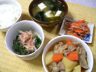 090516肉じゃが、ほうれん草のお浸し、ニンジンとスルメの漬物、豆腐とワカメの味噌汁、ご飯