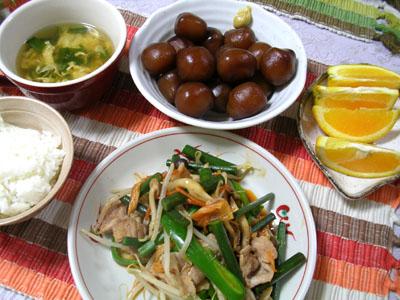 090603豚キムチ野菜炒め、玉こんにゃく、ご飯、にらたま汁、オレンジ 003