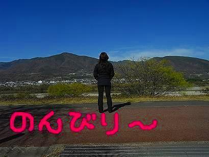 一人吉野川にたたずむ図
