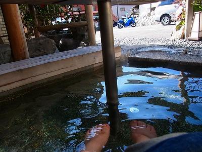 孫への宅配準備中に、逃走~ 足湯でのんびりじゃ。 天気よすぎで、我慢ならんわ。