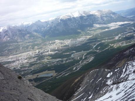 稜線の向こうにはキャンモアの町とフェアホルム連山が。