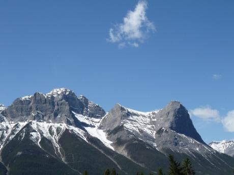 キャンモア ローレンスグラッシー山 右が Ha Ling Peak