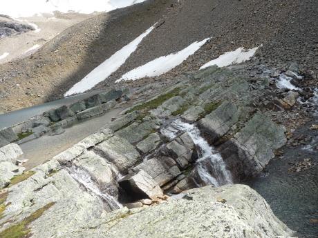 レイク・オエサから流れ出す滝