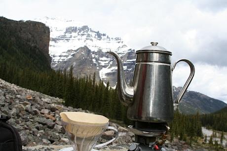 愛用のコーヒーセット コーヒーポットとハリオのドリッパーにコールマンのストーブ