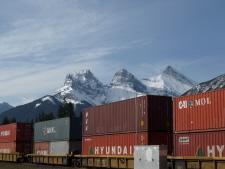 カナダ太平洋鉄道の貨物列車とキャンモアのシンボル、スリーシスターズ