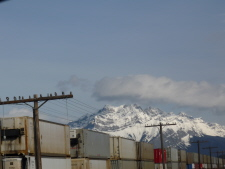カナダ太平洋鉄道の貨物列車とバンフのシンボル、カスケード山
