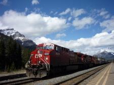 バンフ駅前で、列車とカスケード山