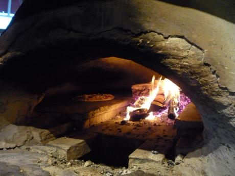 フラットブレッドを焼く石釜