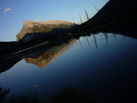バーミリオン湖に映し出されるランドル山