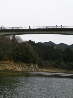 橋の上の人々