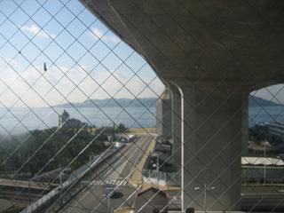 バス停の下。橋の橋脚からみた風景。