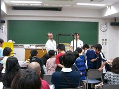 科学実験に目を輝かせる子供たち(福井大学)