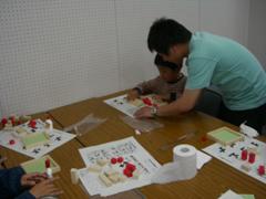 子供たちに数学パズルの楽しさを教えてくれる大学生