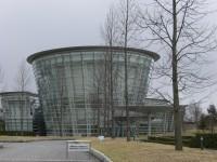 福井市美術館の外観。ガラス張りです。