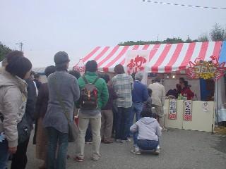 越前がにの蟹寿司に大勢の列ができていました。