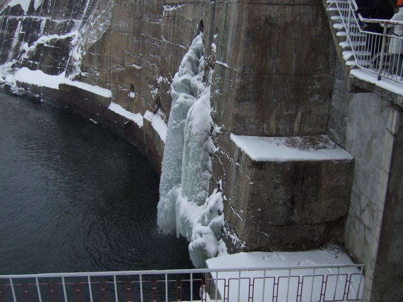 豊満ダム氷