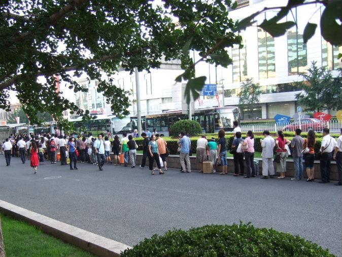 097バス待ちの列