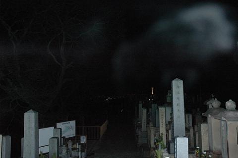 清水寺付近の墓地に現れた霊 by knaakle