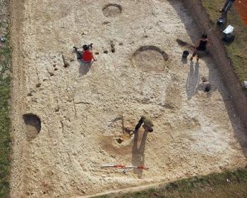 ストーンヘンジを建立した共同体の集落とみられる遺構2 by 時事