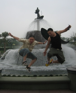 Jin_HK_DisneyLand_Fountain.jpg