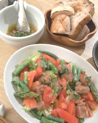 大盛りサラダとパン 209.6.6
