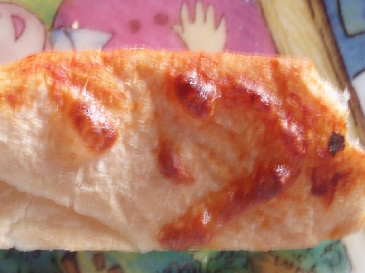 今朝焼いて食べたピザパンの耳に顔を発見!