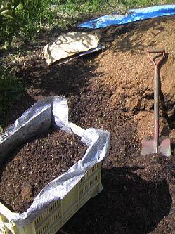 堆肥を運ぶ