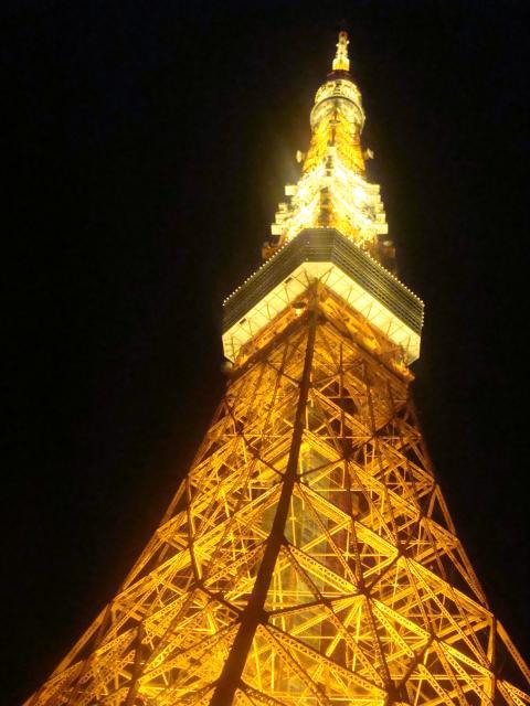 東京タワーの根元にいます