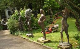 変な像ばかり展示している庭園